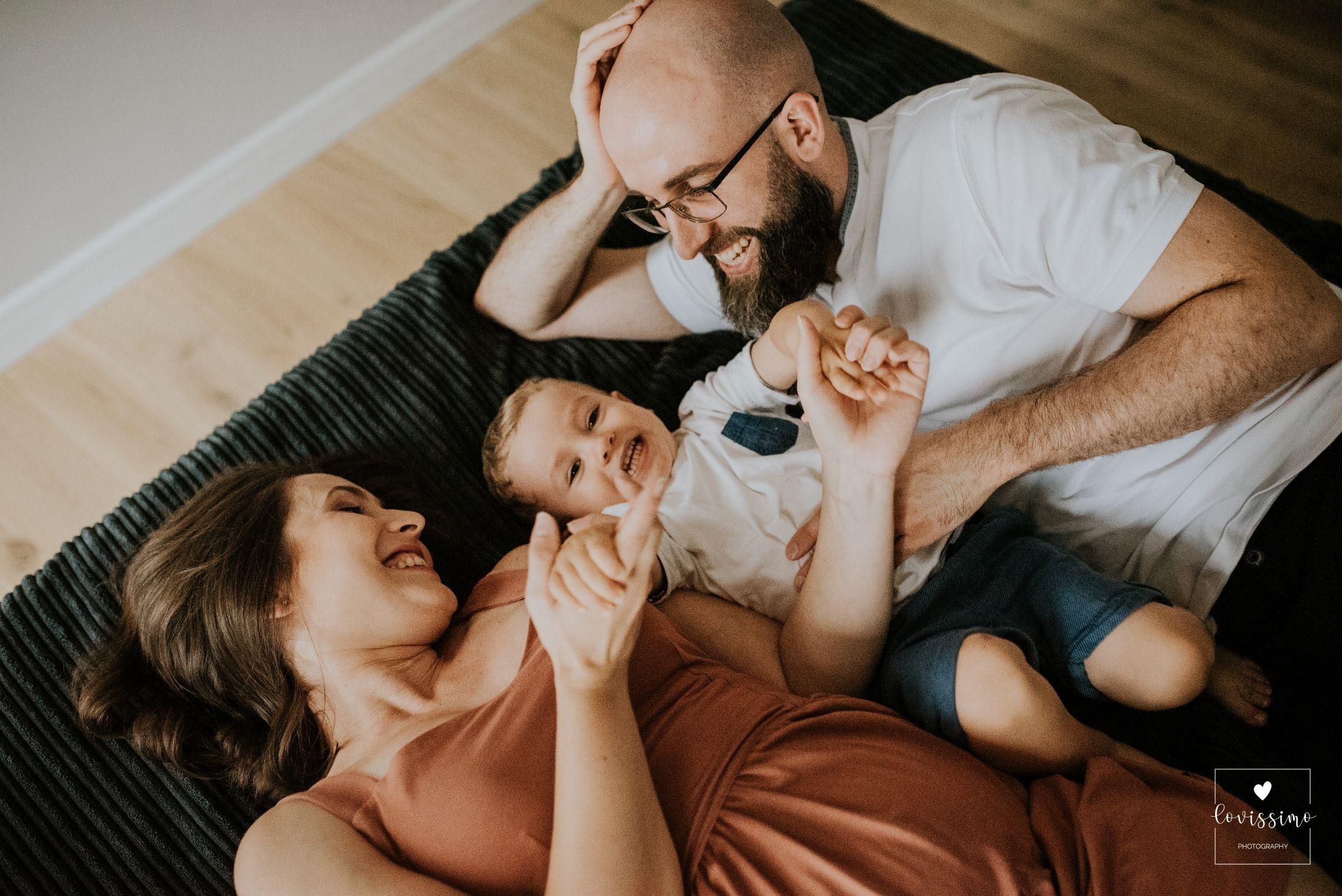 Sesja lifestylowa ciążowo – rodzinna w domu klientów. Rzeszów